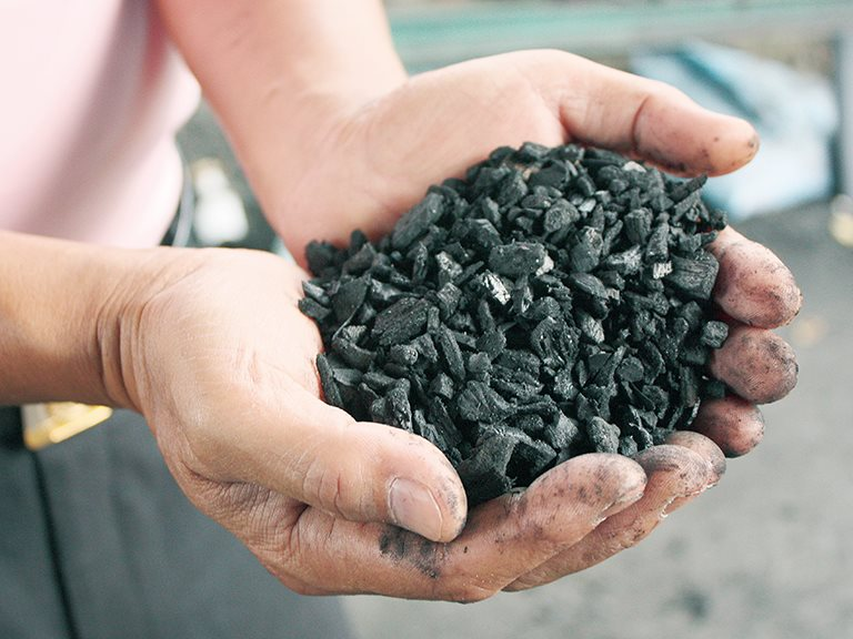 成就火焰的黑色行業,化漂流木為炭 / 許涼樂