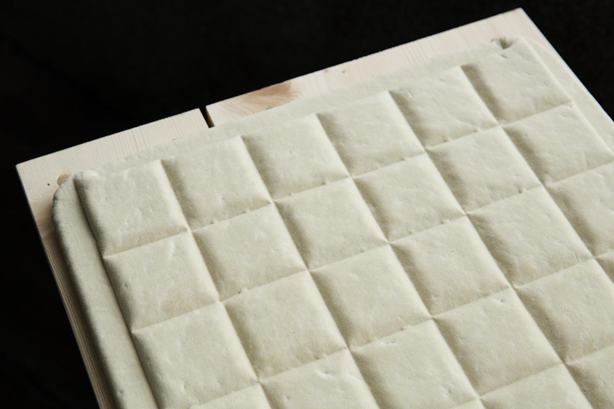 風味:  柔軟綿密又帶著一點扎實的口感,飽含在豆腐體的湯汁伴隨濃郁的黃豆香散在嘴巴裡,化開來的豆腐,尾韻是一絲來自大海的鹹味,讓禾乃川豆腐帶給您食材最樸實的感受。    原料:  純水、100%台灣無農藥栽培非基因改造大豆、台灣天然日曬鹽滷 | 禾乃川國產豆製所 | 改變生命的豆漿店