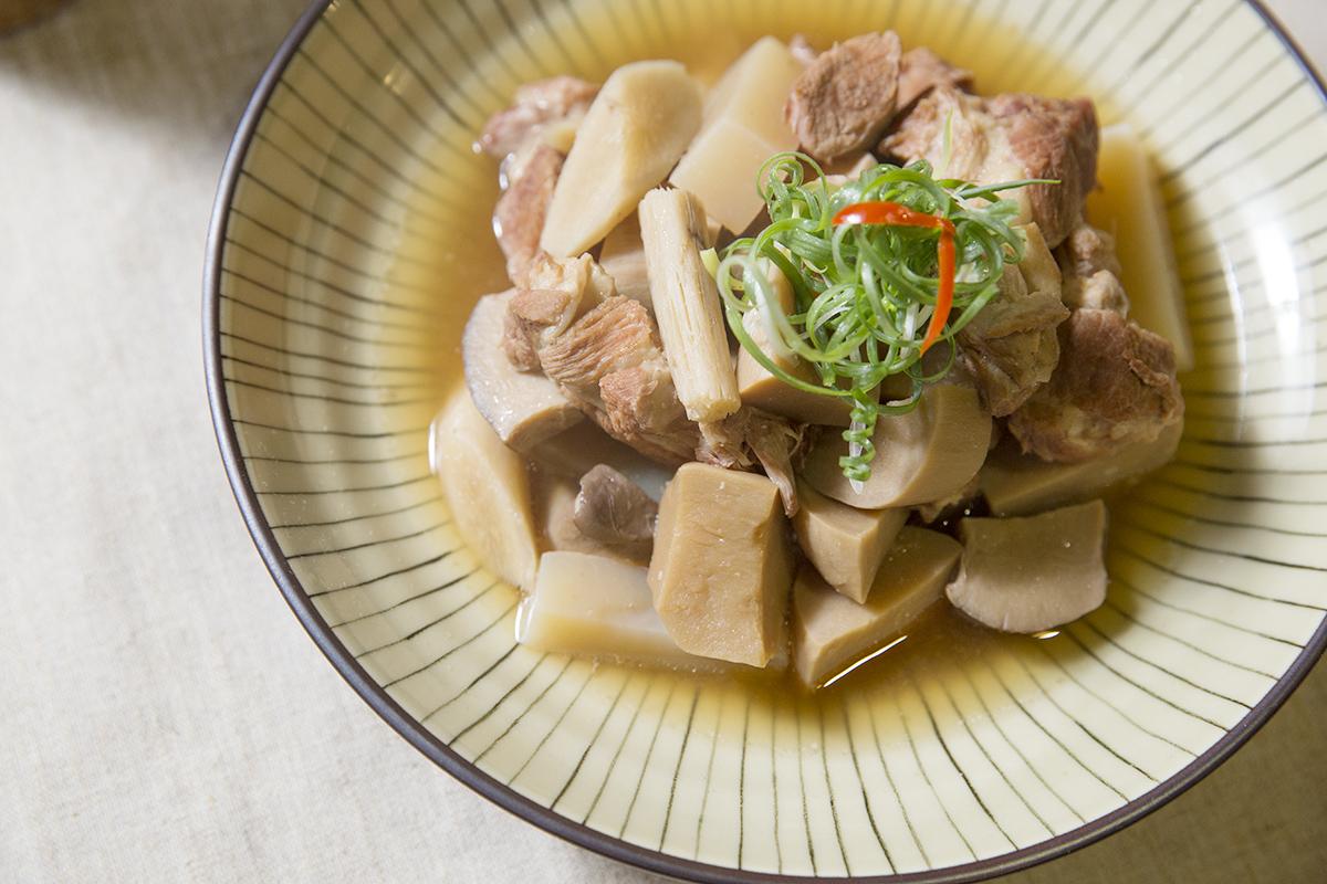 味噌燉肉 手工味噌跟著新鮮豬肉、牛蒡和杏鮑菇一起燉煮,濃郁的香氣在嘴裡散開 | 甘樂食堂 | 古厝裡的美味時光