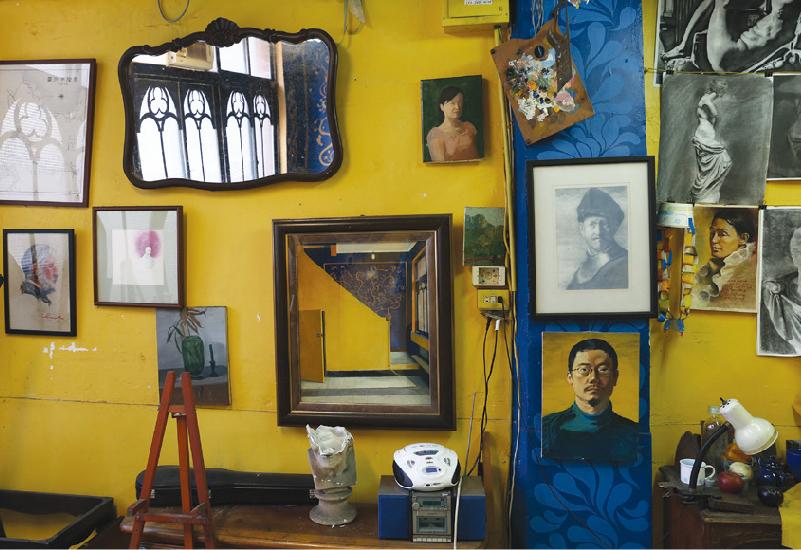 問起為何會在這裡開間畫室,王傑笑著說「找到這棟房子是神奇的。」原來在出國前王傑已經跟朋友合開過畫室,希望回來後能做點不一樣的事情,便在心裡發誓:「我真的不要再開畫室。」回國後,心想找個教職的工作應該不難,但事情並不順利,約有五個月時間,都是靠接案插畫維生。某天快要從睡夢中醒來的時候,腦子突然出現自己的聲音:「去開畫室!」另一邊說:「去哪開畫室?」「去誠品旁邊開畫室!」(現為超市)。眼睛一張開便騎車出發,剛把車停好,轉頭就撇見這裡的鐵門上貼著「租」,旁邊剛好有公共電話,馬上聯絡房東,一見偌大的窗戶和無隔間的空間,馬上下定決心:「我要租這個地方!」想不到,一租就是十年啊!   甘樂誌   甘樂文創   甘之如飴,樂在其中
