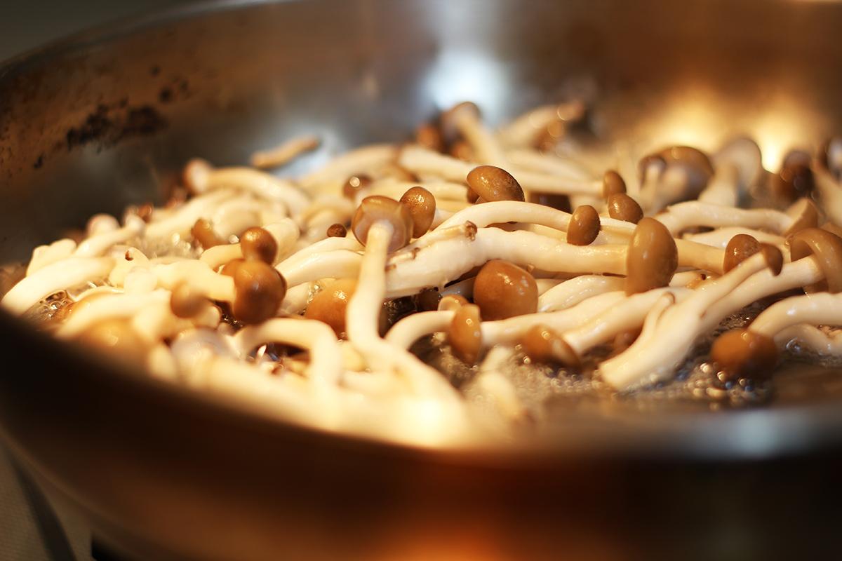 步驟一:首先先將材料準備好!接著第一步先把鴻禧菇丟入乾炒至有香氣後就起鍋! | 禾乃川國產豆製所 | 改變生命的豆漿店