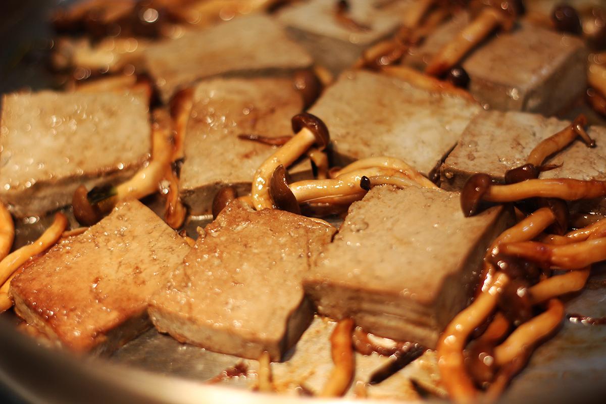 步驟三:蓋上鍋蓋等豆腐表面變色後!放入剛炒好的鴻禧菇、蔥、辣椒拌炒就完成了!第一道菜! | 禾乃川國產豆製所 | 改變生命的豆漿店