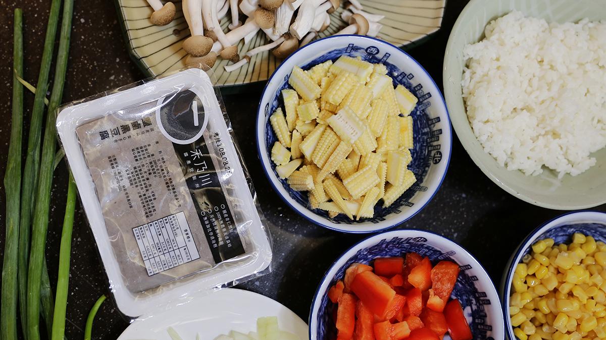 蔬菜豆腐豆漿燉飯|需要準備的食材有 | 01 隔夜飯(1碗)  02 蛋(1顆)  03 紅甜椒(半顆)  04 豆漿(1杯)  05 玉米(1/3罐)  06 豆腐(半盒)  07 紅禧菇(1包)  08 玉米筍(5支)  09 洋蔥(半顆) | 禾乃川國產豆製所 | 改變生命的豆漿店