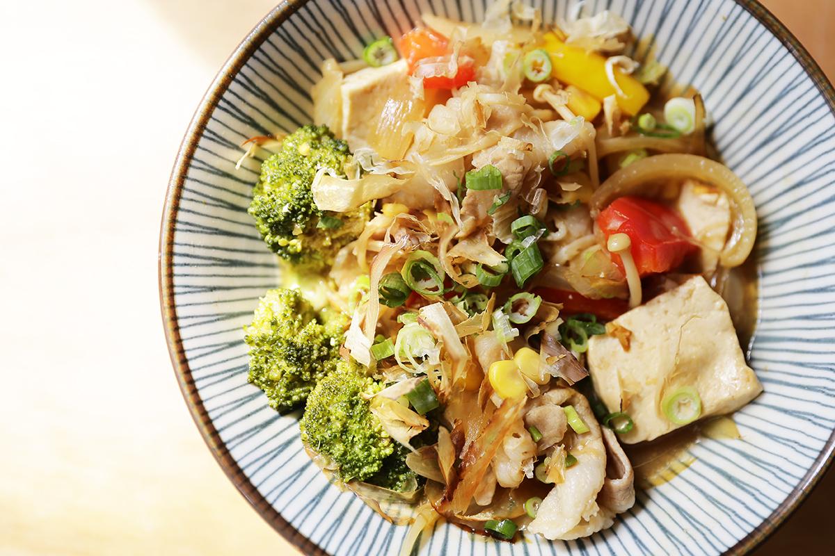 步驟四:放入需要燉煮的蔬菜!  步驟五:悶煮一下,就完成了,味增御露是一款很特別的醬油膏,集甘濃香醇為一體,使用臺灣黑豆與黃豆,醬油與味噌結合的完美工藝,再以大灶文火柴燒,所以在這邊不用另外加入糖或是鹽巴等調味料,天然無添加的好味道,上桌! | 禾乃川國產豆製所 | 改變生命的豆漿店