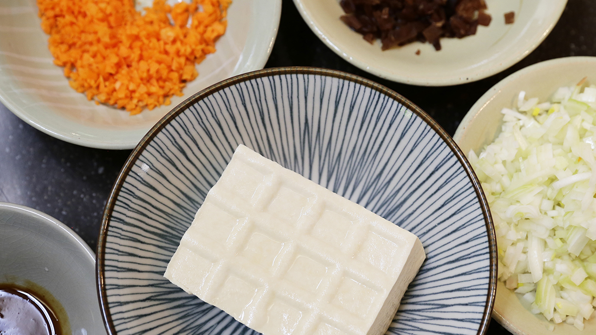 豆腐蔬菜炸丸子 | 準備的食材有 | 01 紅蘿蔔(半條)  02 洋蔥(半顆)  03 黑木耳(三朵)  04 鹽鹵豆腐(一盒)  05 味噌御露(少許)  06 麵粉(少許) | 禾乃川國產豆製所 | 改變生命的豆漿店