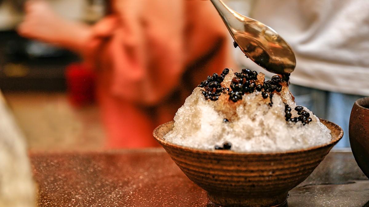步驟三:將砂糖放入鍋中炒至有香味後加入 一碗黑豆水 ,將黑豆放入共同悶煮!  步驟四:把冰 快放入果汁機打成刨冰 ,淋上蜜製的黑豆就完成囉! | 禾乃川國產豆製所 | 改變生命的豆漿店