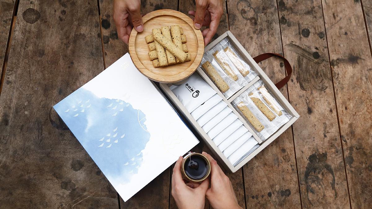 2020過年禮盒 | 川的優良豆製品以小包裝分裝,希望大家可以與親朋好友以及心愛的人一同分食享用這份充滿心意的禮物。舒適的午後最適合來一杯選用台南3號青仁黑豆,手工細火焙炒的黑豆茶,搭配口感層次豐富,有著濃郁豆香的豆渣餅,享受簡單的美好片刻。 | 禾乃川國產豆製所 | 改變生命的豆漿店