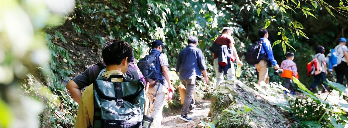 甘樂文創開辦一場「一日山林共創學習工作坊」,帶領藝術家們深入山林生態尋訪與創作之旅,透過拜訪山林從中找出創作靈感,並且在夜間參與由三峽哇蛙兵的護蛙團隊帶領的護蛙行動導覽,藉由這一連串的活動參與,讓藝術家們將其經驗融入作品中,呈現出多樣媒材豐富的藝術表現與大自然的型態融合,激盪出更多山林的想像、靈感創作,並探索人與大自然之間的緊密關係! | 甘樂文創 | 甘之如飴,樂在其中