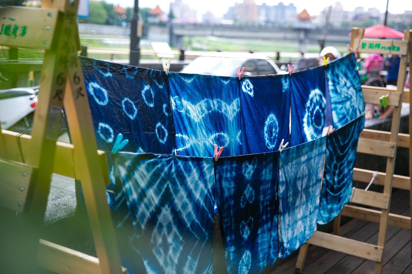 你知道嗎,清朝末年,三角湧(三峽)是北台灣最重要的染布業中心,也曾是藍染的染料植物「大菁」的主要產地,現今的三峽老街仍能看到許多當年留下的「染坊」牌樓立面。我們在甘樂食堂也建置了染坊。邀請您,在旅行途中,透過在地師傅的指導,藉由手做的溫度,創造屬於自己旅行的紀念品,除了更認識三峽,也共同延續了傳統職人的技藝。 | 甘樂文創 | 甘之如飴,樂在其中