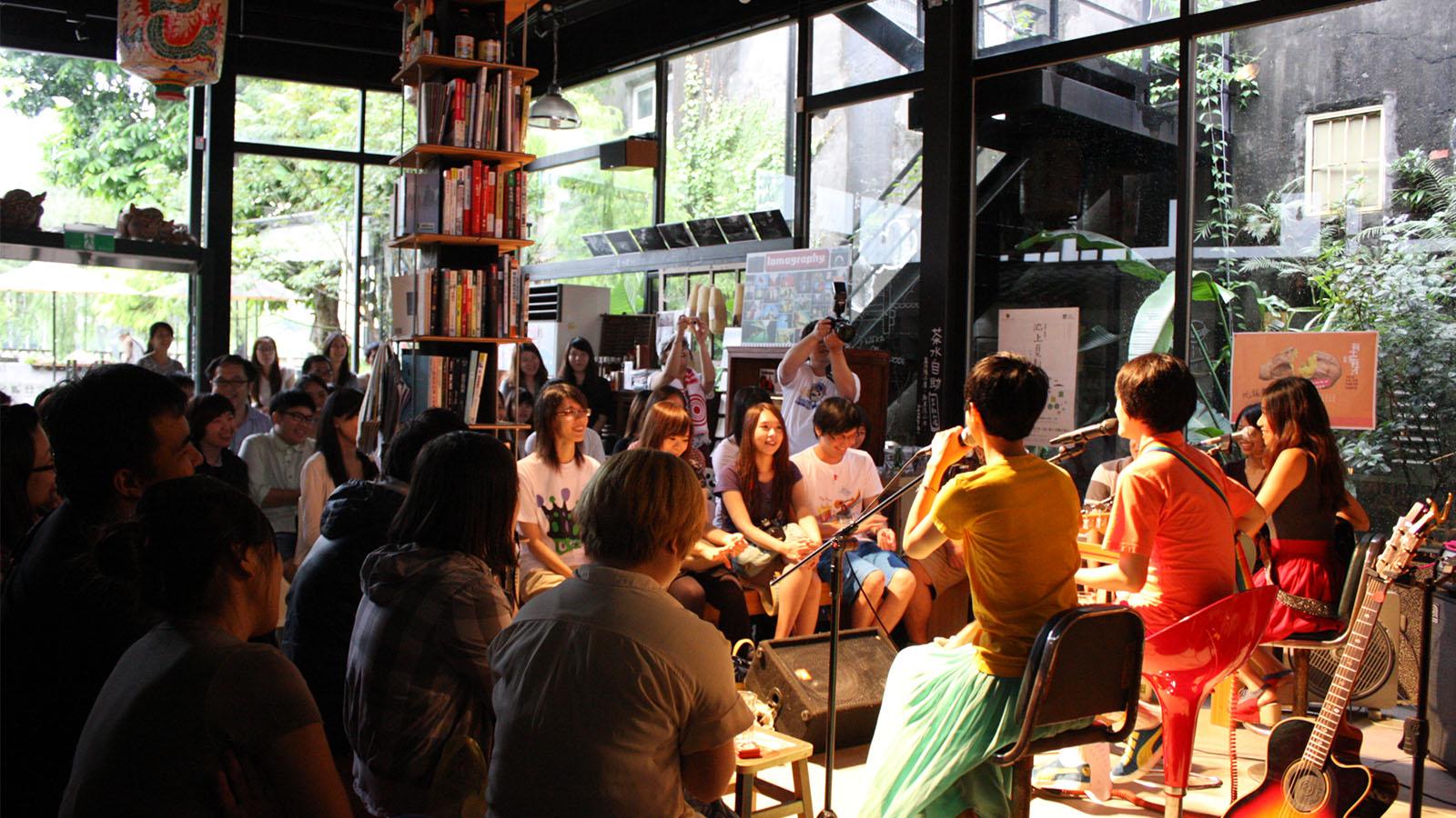 三峽文創聚落平台「文創。工藝。社區。公益」 這是一個將荒廢已久的百年古厝變身成藝文展演空間的場域,除了提供餐飲服務之外,各類藝文展演活動也可以在這裡盡情發揮。場地可進行簡報課程、音樂表演、戲劇演出、團體活動、  廣告拍攝...等活動,歡迎跟我們討論,在老厝裡跟家人和朋友創造最獨特的記憶。 | 甘樂食堂 | 古厝裡的美味時光