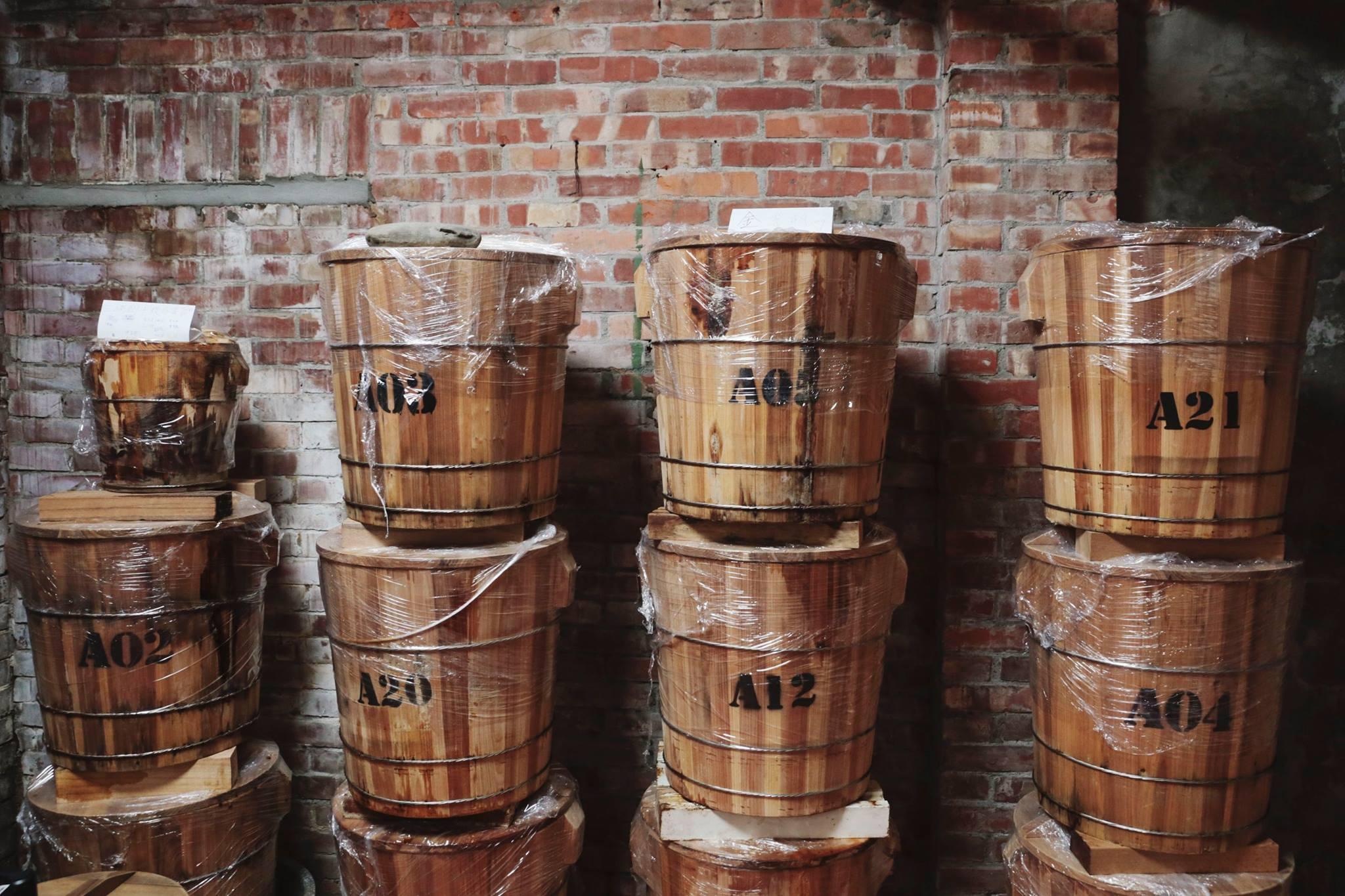 手工木桶封存,時間醞釀 將米麴、黃豆、鹽巴,封存在三峽老師傅的手工木桶中,並讓益菌自然生成風味,不額外添加任何化學原料。   禾乃川國產豆製所   改變生命的豆漿店