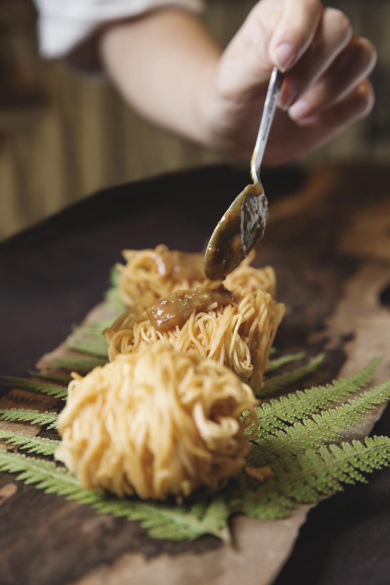 黃金麵線卷 三峽手工麵線包覆手工豆腐酥炸佐私房味噌醬,吃到麵線外皮的香酥及豆腐內餡的柔軟 | 甘樂食堂 | 古厝裡的美味時光