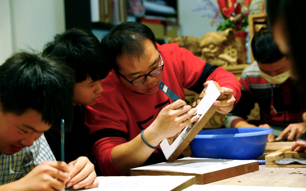 以木雕刻工作室  年輕的黃希宸木雕師是三峽在地職人洪耀輝老師的弟子,進駐設立木雕工坊,也負責指導青少年學習傳統建築木雕。  透過師傅的技藝傳承、再設計和新視野,賦予傳統木藝新生命,讓孩子在工藝中培養學習興趣、恆毅力、挫折容忍力等非認知能力。 | 合習聚落 | 三峽工藝&產業的共好實踐基地