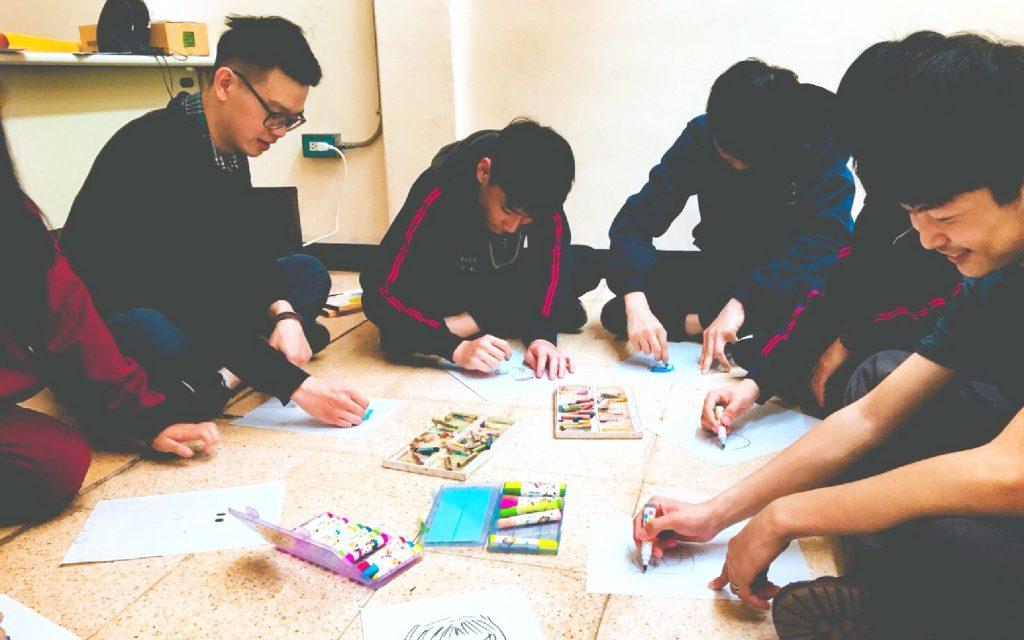 青草教育課  用社區的力量,擁抱孩子的天賦  青草職能學苑雖然是以體驗式學習為主軸,但仍會透過課程帶著孩子面對各自的人生課題與生涯規劃,未來要繼續進修、自學時有穩固的基礎可以獨自飛。 | 小草書屋 | 沒有退場機制的陪伴