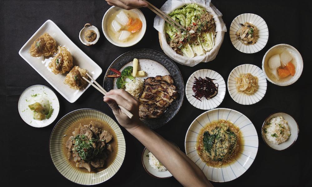 大地料理∞創意饗宴 農人辛勤的工作著,在台灣這塊土地上孕育出豐富優良的作物,每一項作物都代表了一則故事、一段歷史,各有各的精彩風味。  透過甘樂食堂使用手工豆腐及自製釀酵物搭配新鮮和特色食材,烹調出多樣的創意料理。 | 甘樂食堂 | 古厝裡的美味時光