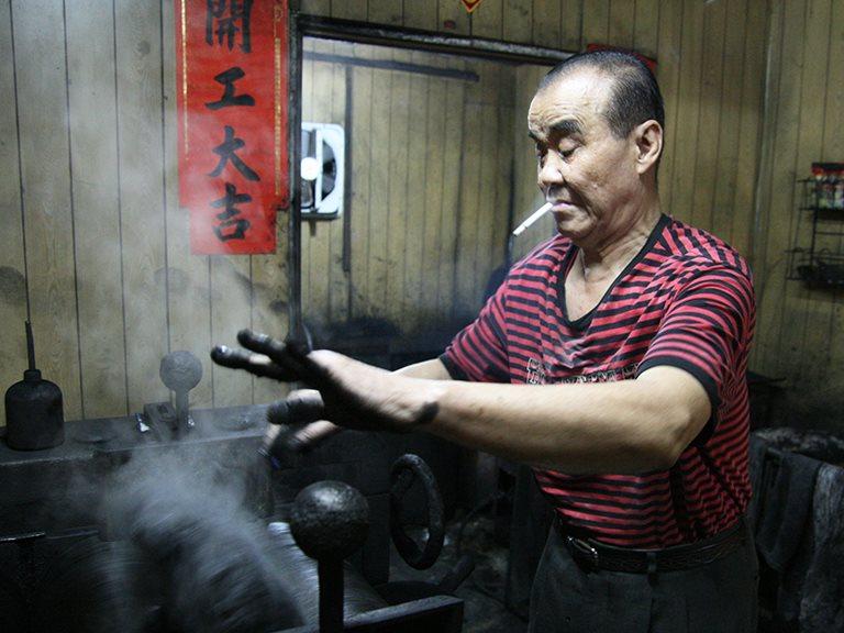 大墨飄香・台灣碩果僅存的手工製墨大師 / 陳嘉德