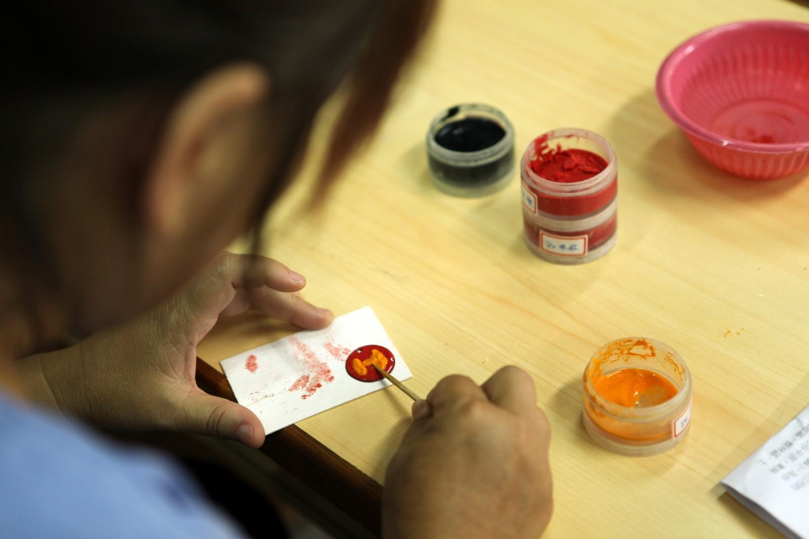 源自於中國的傳統技藝,學名銅胎掐絲琺瑯。  三峽玩火女孩薛慈雯老師,除了是現代琉璃工藝藝術家,讓旅人親自動手做出古代傳承下來的一門藝術, 運用自己的巧思, 設計出獨特琺瑯飾品。 - 琺瑯體驗DIY -    合習聚落   甘樂文創   甘之如飴,樂在其中