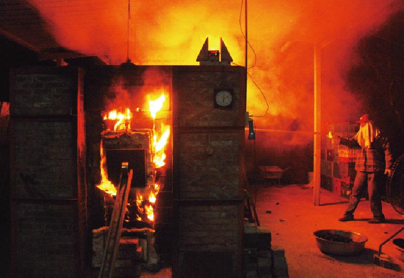 柴燒整個過程從排窯(排列拉胚初步成品)到燒製還原經過一系列步驟後,到最後的封窯歷時約一週,老師說除了氣溫冷、溼度高較不利燒窯之外,能做各項變因最好的調配 就是最適合燒窯的 「好天氣」我反對科學精細計算去控制燒窯的變因,但其實人是很卑微的,人能做的就是去應合這些條件,以恭謙的態度去面對,不是嘗試去主導這一切;當然如果你能調和得當,其實成果也就如同自己主導一般,但大前提卻是心態的恭謙誠敬。 | 甘樂誌 | 甘樂文創 | 甘之如飴,樂在其中