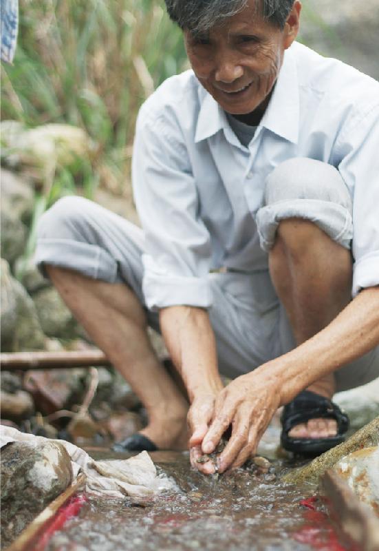 若要談論金瓜石的靈魂人物,絕對少不了這位穿梭在山蔭樹影、來去於溪邊水堤的陳石成,十六歲就開始在溪底淘金,十八歲進到台金公司上班,直至六十歲退休,後來更曾在黃金博物館擔任志工,通曉當地採礦歷史與淘金技術,說是金瓜石活字典一點兒也不為過。而擔任我們首次拜訪金瓜石的導覽正是這位手腳敏捷俐落,登高如行雲的石成伯,他還有個廣為人道的本事,那便是溪邊淘金的絕活。 | 甘樂誌 | 甘樂文創 | 甘之如飴,樂在其中