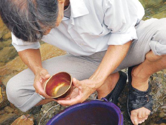 歲月橫流裡淘砂選金的老礦工 / 陳石成