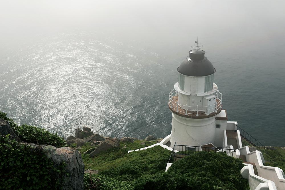 馬祖,國境之北,位於臺灣本島西北方的神祕島群,有著獨特的文化、自己的語言,經歷許多階段,造就出多樣的面貌,成為了今日的馬祖。馬祖給人的印象不再只是迷彩服的綠、軍事戰地的冰冷,昔日造就出的獨特文化為馬祖帶來今日豐富的觀光資源。甘樂誌團隊歷經8個小時的船程,在暖洋的搖籃中過夜,親自踏上馬祖的土地,揭開國境之北的神秘面紗,將在地的人、事、物透過文字與影像忠實的記錄下來。   甘樂誌   甘樂文創   甘之如飴,樂在其中