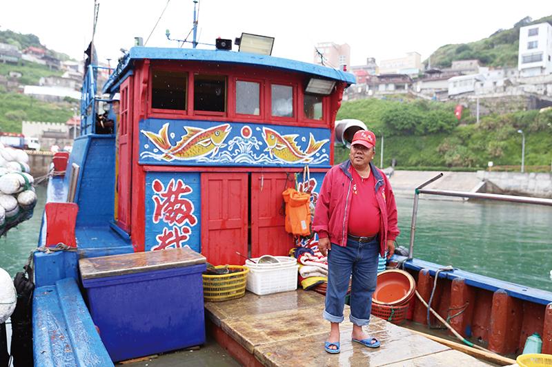 張老大的漁船與眾不同,鮮豔活潑的彩繪道出每個漁民的心願。    漁業的『衰』  天空下著雨,東引的港口裡幾艘漁船並列停泊著,船身隨著波浪隨興的搖擺,漁民在船艙裡或躲雨、或修補著漁具。一艘歸來的漁船吸引了我們的目光,船身的彩繪鮮豔活潑,有別一般漁船,令人印象深刻,打過招呼之後船長豪邁的邀請我們上船參觀。張大哥是東引當地的漁民,家中還有另外三個兄弟在捕魚,分別是港口裡另外三艘船的船長,自己的小孩則在臺灣工作,張大哥與船員們每天清晨5、 6 點就出海工作,主要捕捉石鯛、當季 魚類等,也會用小船至岸邊礁岩摘捕貝類,每天捕捉到的漁獲則在當日下午統一於港口販售,鄉公所會以廣播通知島上居民   甘樂誌   甘樂文創   甘之如飴,樂在其中