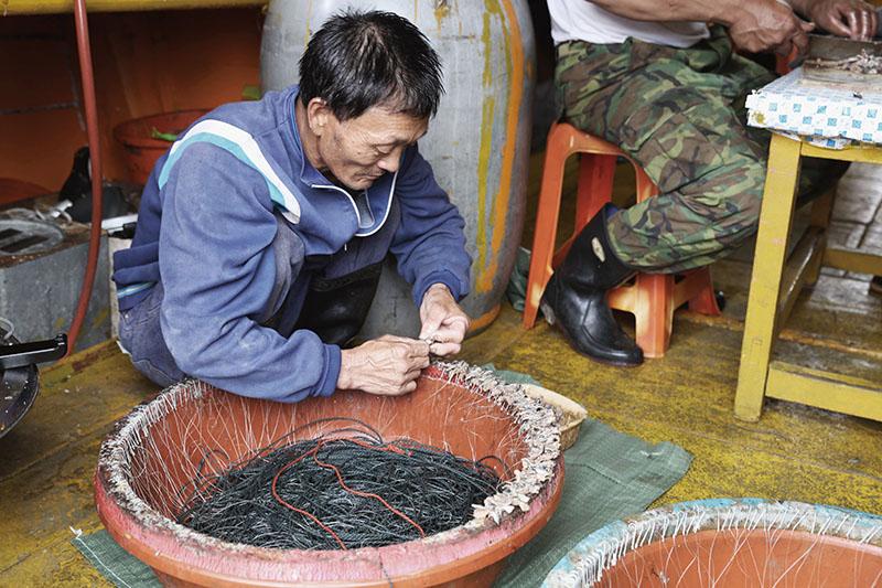 早期漁業設備的進步與更新,使馬祖漁民的漁獲量來到前所未有的新高,一度使馬祖的漁業前景一片看 好,然而沒有節制的捕撈,卻造成漁業 資源漸漸減少,底拖網、流刺網的運用雖然使漁獲量大幅增加,卻對海洋生態、魚類的繁殖造成嚴重的傷害,加上 中國漁民常年於海域炸魚、電魚,導致魚場枯竭。70年代之後馬祖漁業漸漸 走向沒落,漁業人口年年減少,許多人 紛紛出走尋找工作機會,造成馬祖人口嚴重外流。如今馬祖漁業已不復以往輝煌,寧靜的漁村背後,隱藏著淡淡的哀傷。   甘樂誌   甘樂文創   甘之如飴,樂在其中