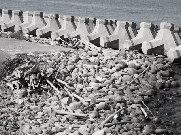 看見臺灣後,黃宗舜再談美麗海島的消逝美。臺灣天然海岸殺手 ─ 消波塊