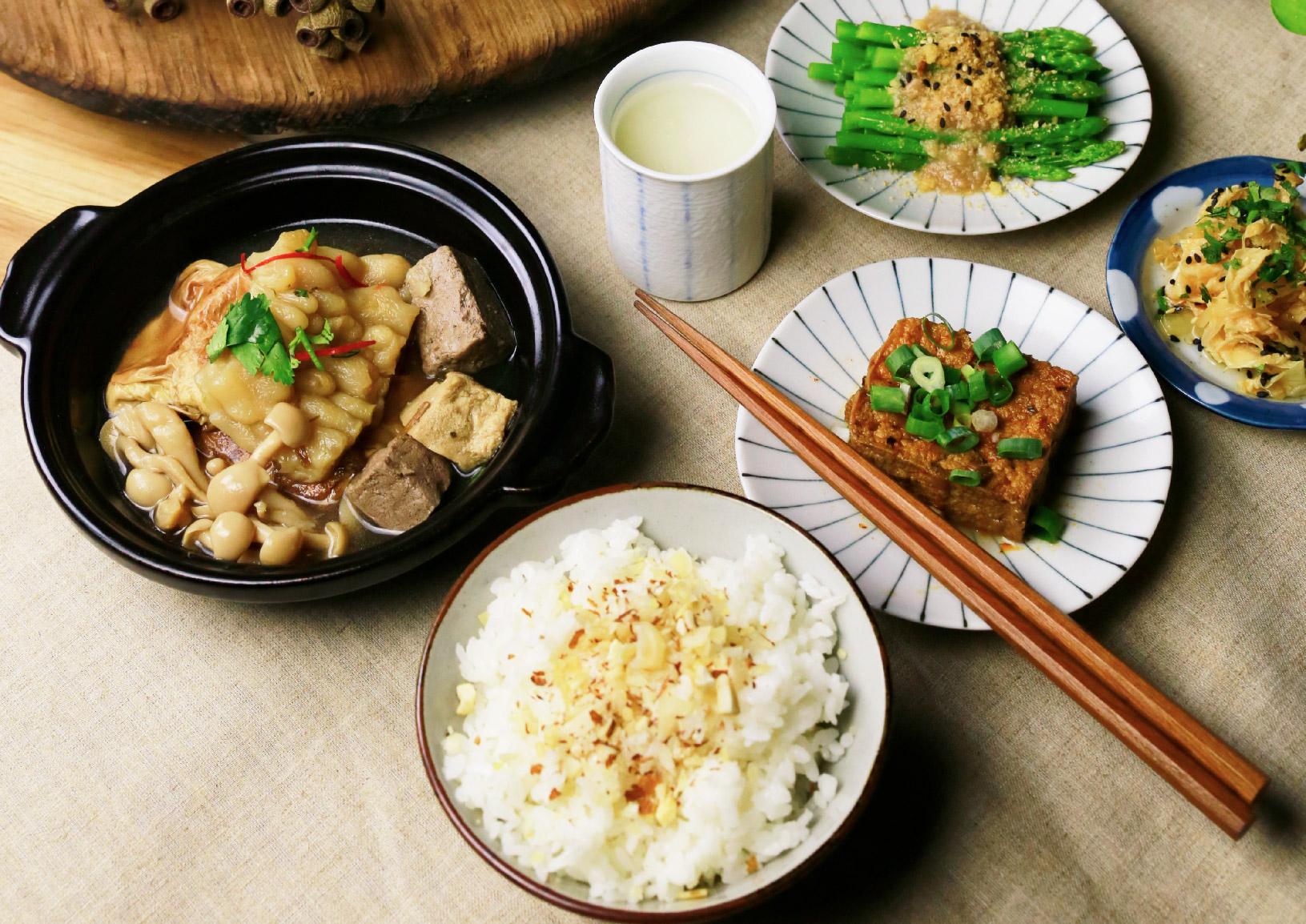 清燉苦瓜梅干豆包 以味噌溜清燉苦瓜,加入傳統梅干與禾乃川手作豆皮豆腐入菜,成就一道全蔬食料理。 | 甘樂食堂 | 古厝裡的美味時光