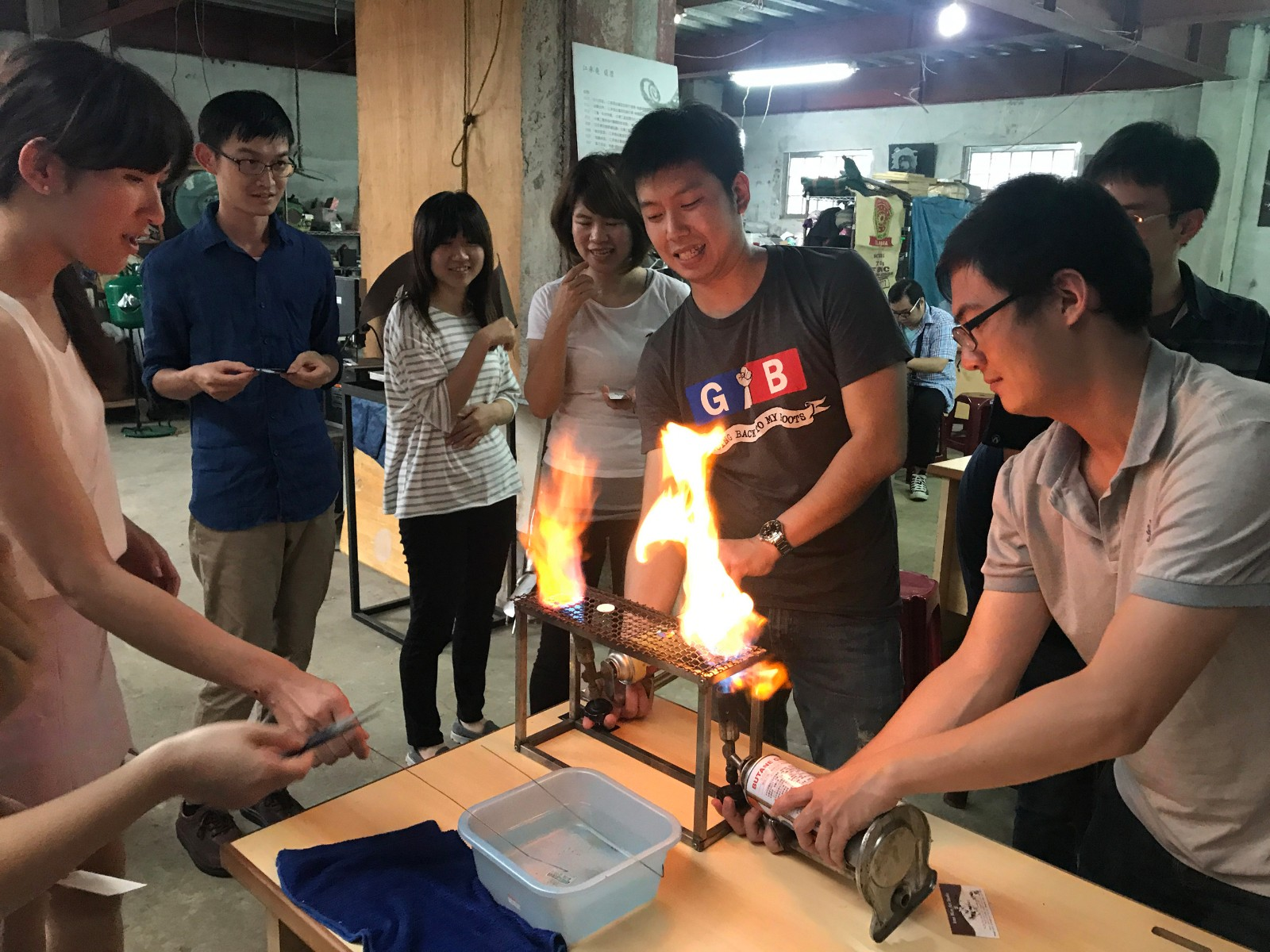 Miss Tzi-Wen Xue, the fire-playing girl of Sanxia, also developed an easy teaching method for travelers to use their creativity, design distinctive enamel accessories, and DIY experience the art passed down by our ancestors. | Taipei Cultural experience | CAN Culture