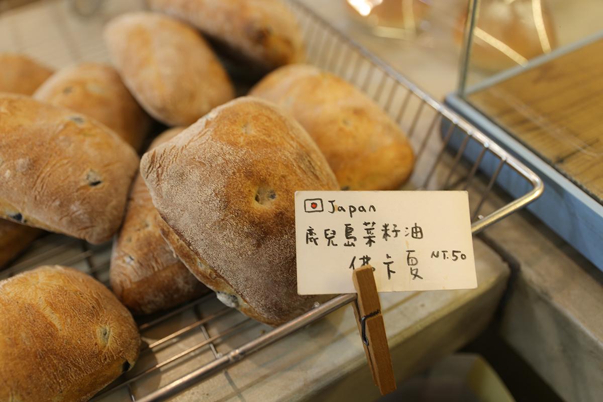 在忙碌的空擋,老闆用著平穩的聲線,說著村日拾糖做麵包的堅持,不管在原料的選擇上、還是製作的過程。「簡單」是他們想用麵包傳遞給客人的感受。嚐了一口麵包後,也感受到簡單卻又不單調的感覺。海鹽會隨著入口的時候在嘴唇舌尖慢慢融化,咀嚼麵包的時候會帶著一點鹹味,卻又越吃越豐富,感覺每嚼一口,麵包就多了一種香氣,直到吞下去之前,你必須好專心好專心的感受這個麵包想帶給你的感覺,然後你會說:這是一個值得一吃再吃的麵包。 | 甘樂文創 | 甘之如飴,樂在其中