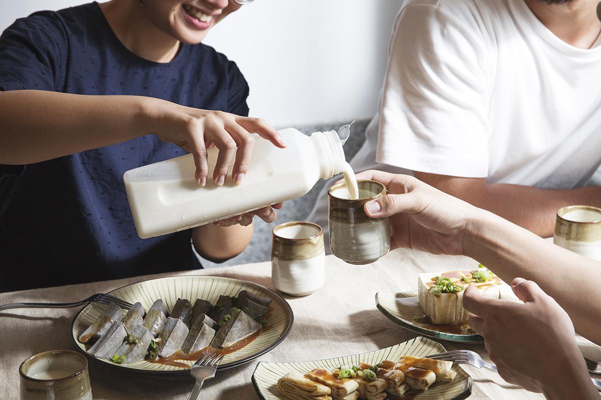 在這裡,你可以品嚐到新鮮現做的豆製商品,超級好吃的豆皮、濃度高達十度的純濃的豆漿、豆香在味蕾飄逸的豆腐和豆干、手工鹽鹵豆花鹹甜好滋味以及不可缺少的人氣王碧螺春豆漿霜淇淋等,選擇一個自己喜歡的位置,坐下來好好的品嚐,來自台灣的好味道以及看看愛鄰醫院的歷史故事吧!   禾乃川國產豆製所   最有誠意的豆漿店