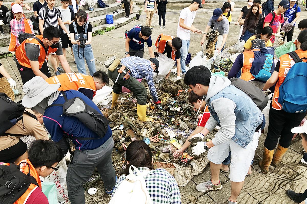 在淨溪過程中,塑膠垃圾的比例高達八成,儘管持續不斷的進行淨溪活動,在路上也依然看見民眾人手一個塑膠袋,河岸及路邊仍有許多塑膠垃圾。於是必須回溯到問題的源頭,要解決塑膠袋垃圾氾濫的問題,必須從「減塑」做起,從根本結束這個你丟我撿的現況。 | 甘樂文創 | 甘之如飴,樂在其中