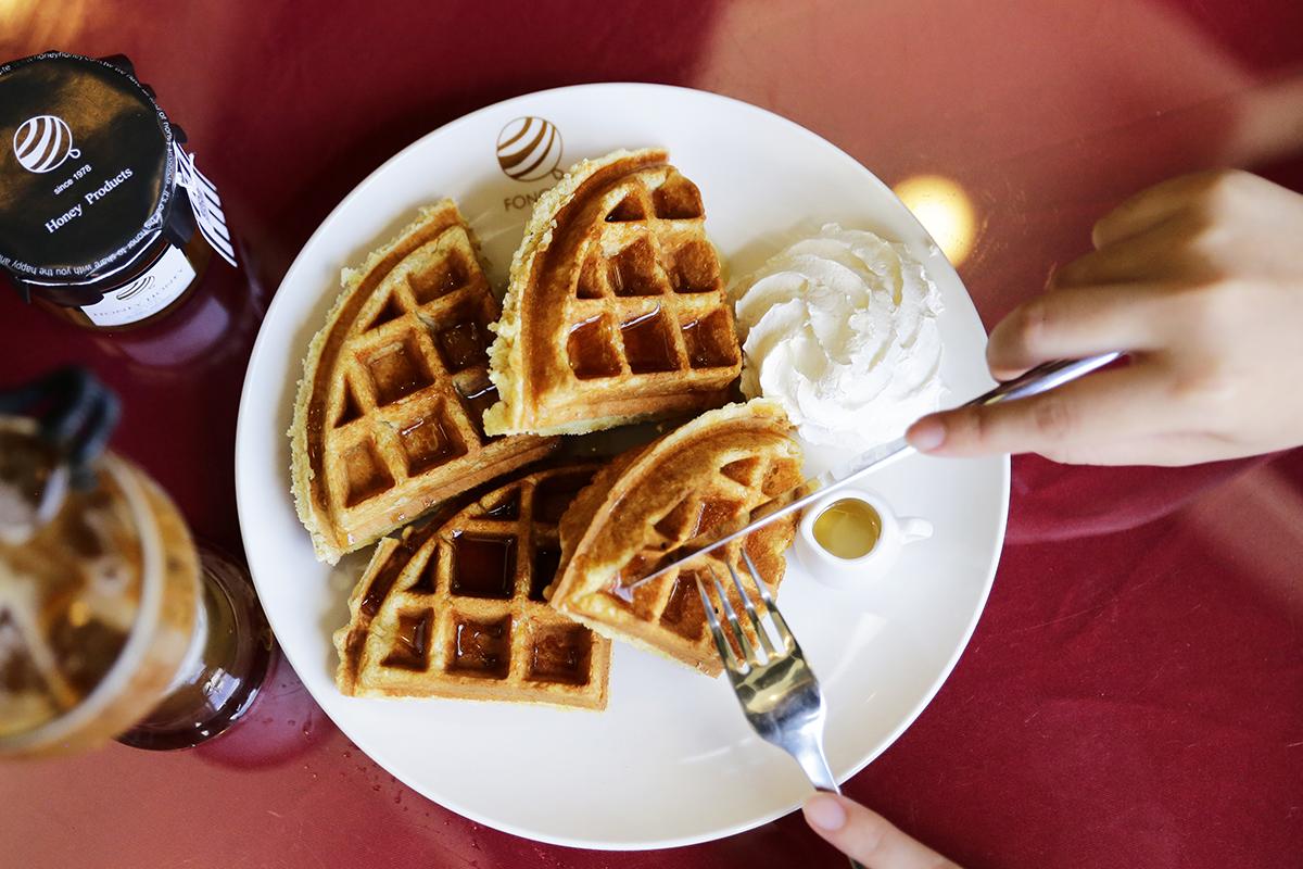 除了和蜜蜂相伴的日常,陳大哥還和妹妹以及妹婿一起開啟了一間以蜂蜜為主題的咖啡廳「蜂樺咖啡館」,為了讓更多的人可以了解蜂蜜的好味道,他們還一起研發了各種不同融入自己生產的蜂蜜製成的特色輕食料理。 | 甘樂文創 | 甘之如飴,樂在其中