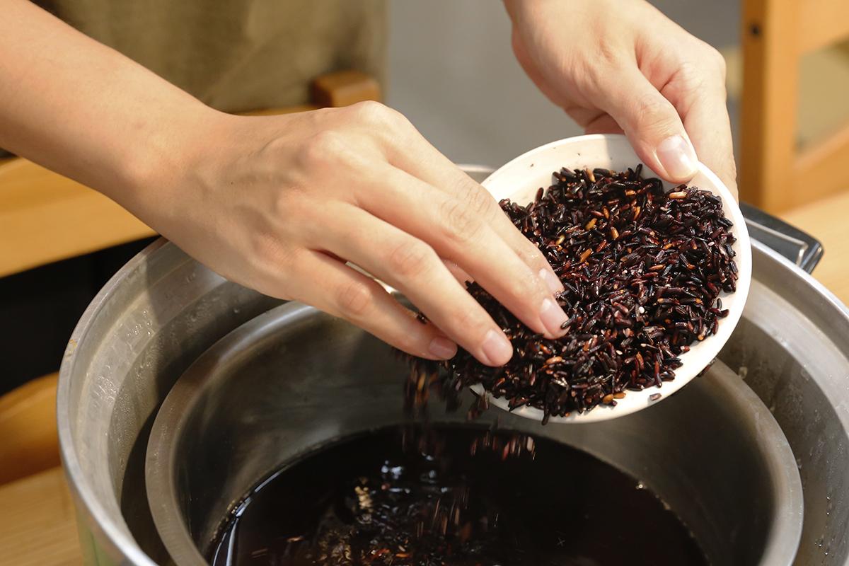 超級簡單的電鍋甜點,快點一起來做做看吧,除了簡單方便,黑豆也是現今注重養生的朋友非常喜歡的一種食材!將黑豆焙烤加入熱水沖泡變成黑豆茶、煮成黑豆漿、製成黑豆干或是黑豆腐!黑豆富含多種營養像是花青素、大豆異黃酮、大豆皂苷、維生素E、鎂、鉀,給您滿滿豐富營養! | 改變生命的豆漿店