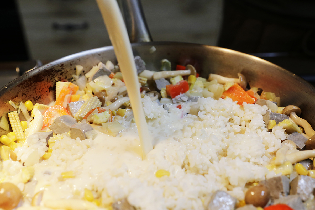 步驟四:加入黃豆漿與味噌御露油膏與蔬菜共同燉煮,稍微悶煮一段時間後  步驟五:再加入黃豆漿,將湯汁收乾即可!  步驟六:再加入一顆生雞蛋,攪拌攪拌就可以開動了!營養又健康的料理就完成了喔! | 禾乃川國產豆製所 | 改變生命的豆漿店
