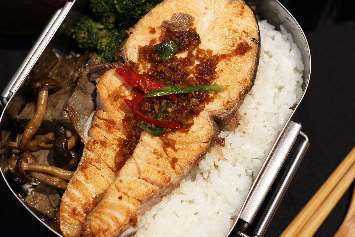 味噌溜鮭魚佐清爽蘿蔔泥便當料理|禾乃川小廚房
