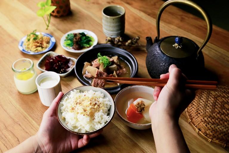 大地料理  以自產豆製品與釀酵物為底蘊的大地料理,讓食材決定食物的味道。  以自然農法器做本土飛機改大豆,用心製作,天然健康的濃醇豆製品。並選用日本300多年味噌老店的優良菌種「糀」(kouji),再以花蓮羅山有機米培養成甘樂專屬的米麴以古法釀酵,製作出味噌、鹽麴、味醂、甘酒、清酒、酒粕......等,這些日本傳統天然釀酵食物,結合國產小農豆製品。靈活運用在每一道料理的調味中,成就出單純樸實的「糀の味」。    甘樂文創   甘之如飴,樂在其中