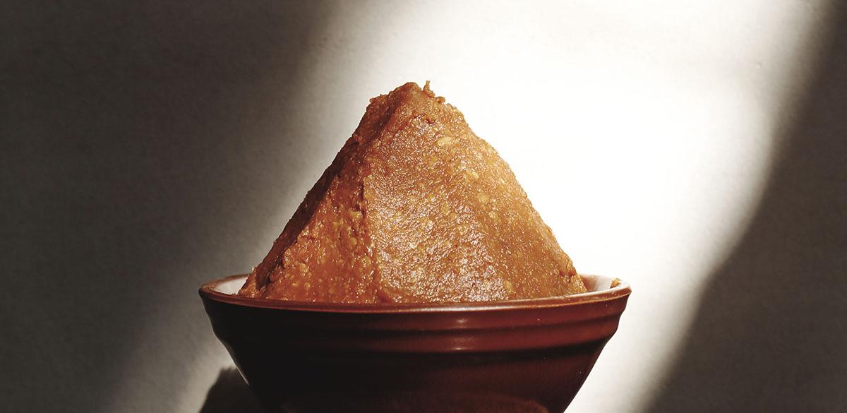 「來一碗暖心又營養的味噌湯吧!」味噌含有豐富營養,包含大豆異黃酮、大豆皂素、蛋白質、碳水化合物、鈣、鐵、磷以及滿滿的膳食纖維!就讓我們一起來看一下,味噌的介紹、多元好處以及多變料理的方式吧!   禾乃川國產豆製所   甘樂文創   甘之如飴,樂在其中