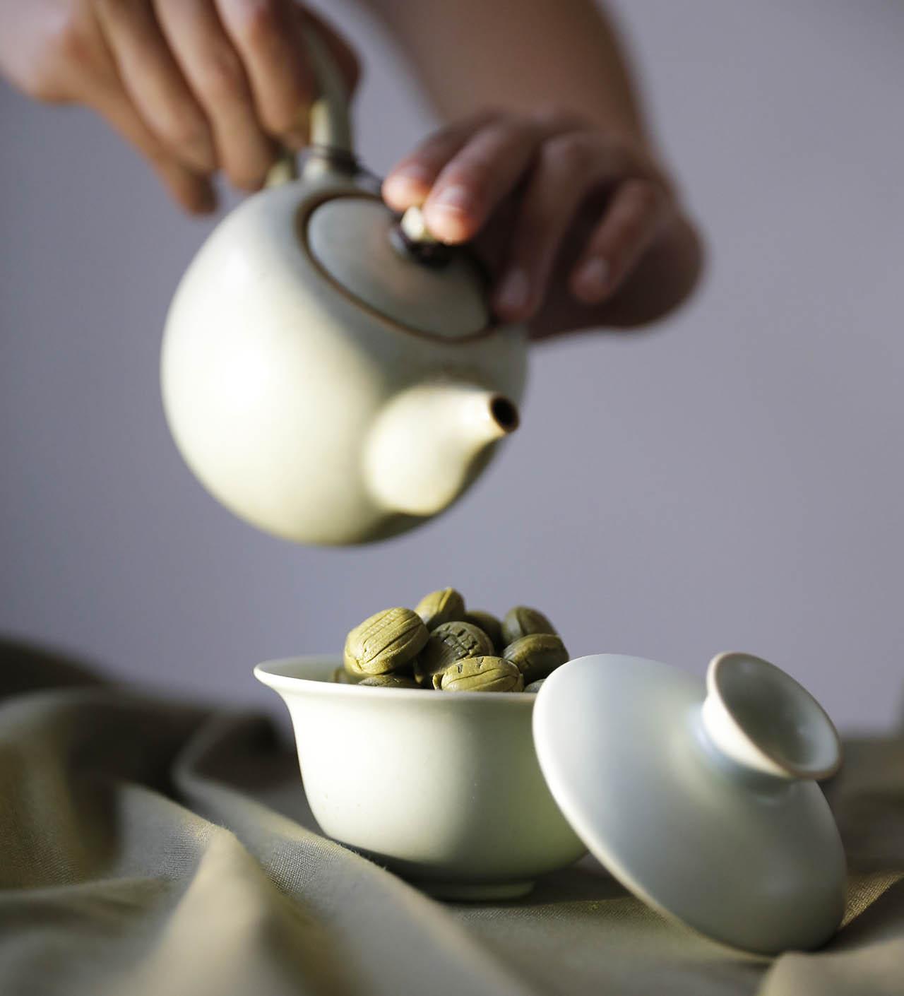 嚴選的碧螺春茶所製成的糖,是精心手摘挑選茶葉,帶著濃郁的碧螺春茶香!在海拔200公尺丘陵有機茶園的礫質與砂質壤土上,凝聚了春日的嫩翠芬芳和時雨,所以有著獨特的甘甜清香。   甘樂文創   甘之如飴,樂在其中