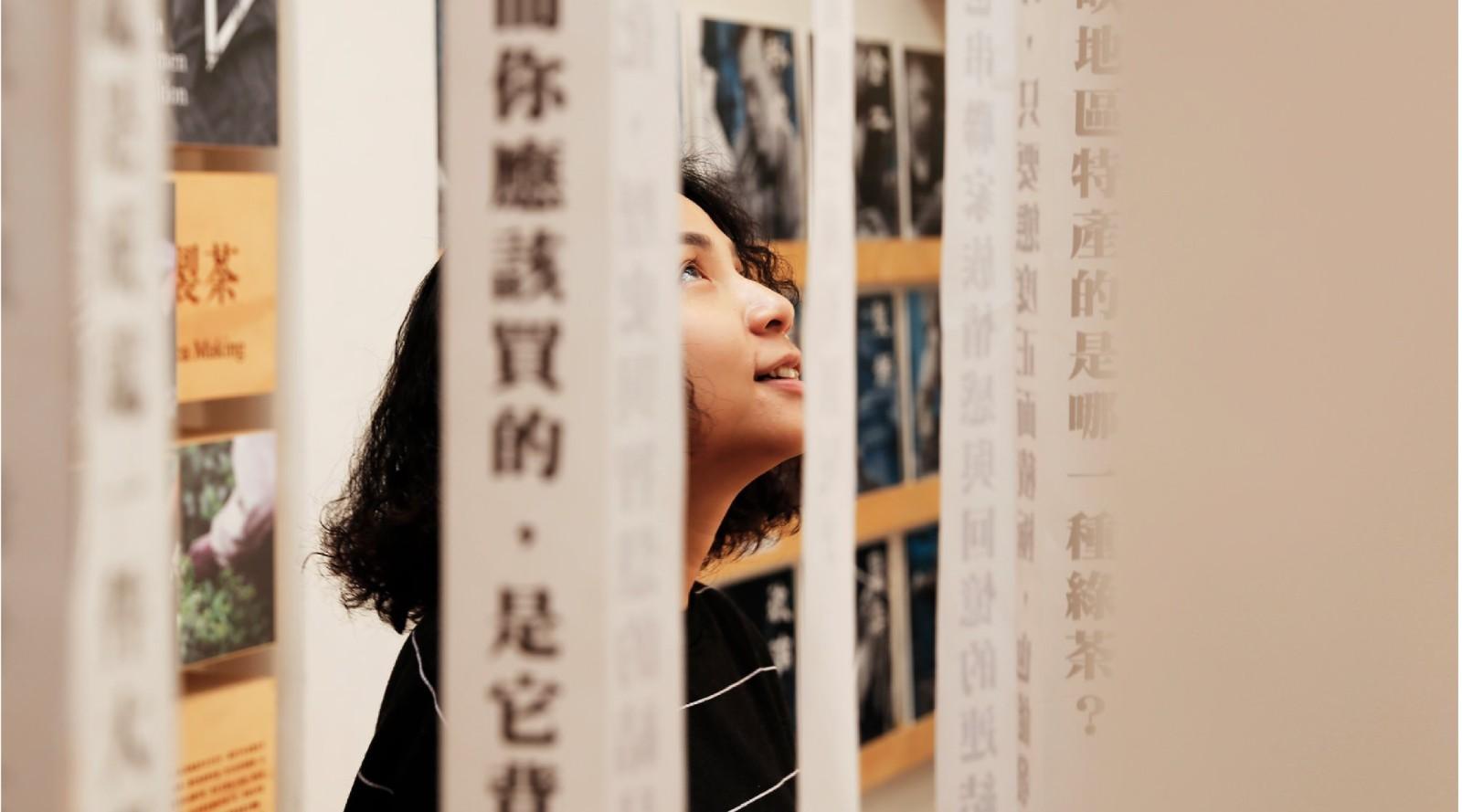由職人厚實操練的掌心,揉和出串連大街小巷的手作聚落    甘樂文創串聯三峽在地30位的工藝職人,講述屬於他們的故事,展覽中可以一覽工藝品製作流程以及職人們的珍藏選物,並且仔細欣賞工藝作品所帶來的溫暖手藝與匠藝精神,並且沿著發展脈絡回顧三峽工藝文化的歷史足跡,最後跟著職人地圖依依拜訪,穿梭三峽巷的大街小巷! | 甘樂文創 | 甘之如飴,樂在其中