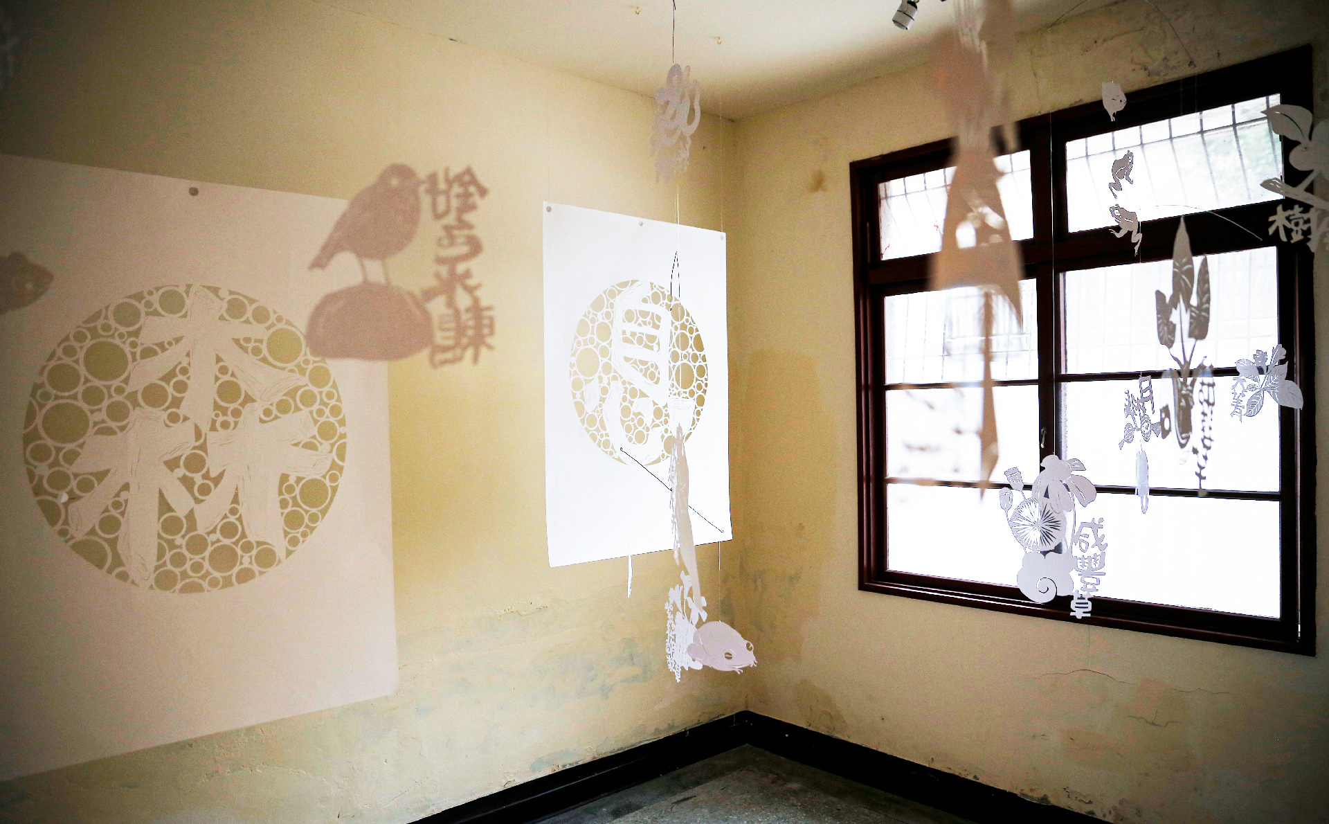 「森趣去」以森林保育以及藝術跨域共創的生態展覽 此次爲甘樂文創與林務局合作,活化位於三峽地區林務局的老宿舍,改造成與藝術並存開放式的展覽空間,從策展設計、空間規劃設計、活動設計一直到主視覺設計都由甘樂文創的設計團隊共同打造。此次展覽以生物多樣性與文化工藝的跨界創作為主軸,並且邀請五位藝術家以及生態保育團隊將想要傳達理念帶入這次的展覽中! | 甘樂文創 | 甘之如飴,樂在其中
