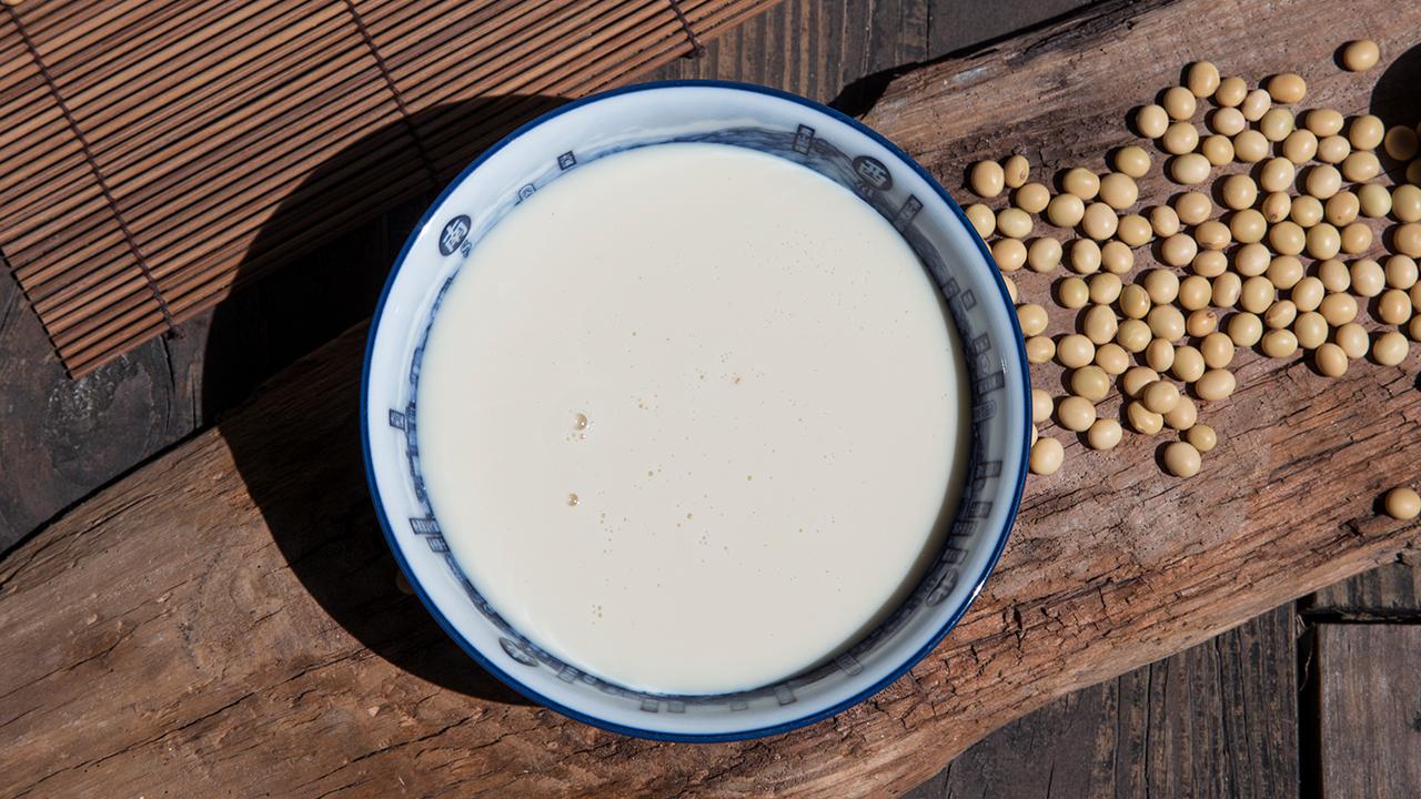 快來參考看看禾乃川所生產的豆漿吧,我們選用台灣在地小農非基改的友善大豆,在種植過程中不噴灑農藥,有著完整產銷履歷,在豆漿濃度上近10度,製作過程不添加防腐劑,煮漿時也不添加增稠劑和消泡劑,只將最營養最豐富的天然植物性蛋白完整呈現給您。 | 改變生命的豆漿店