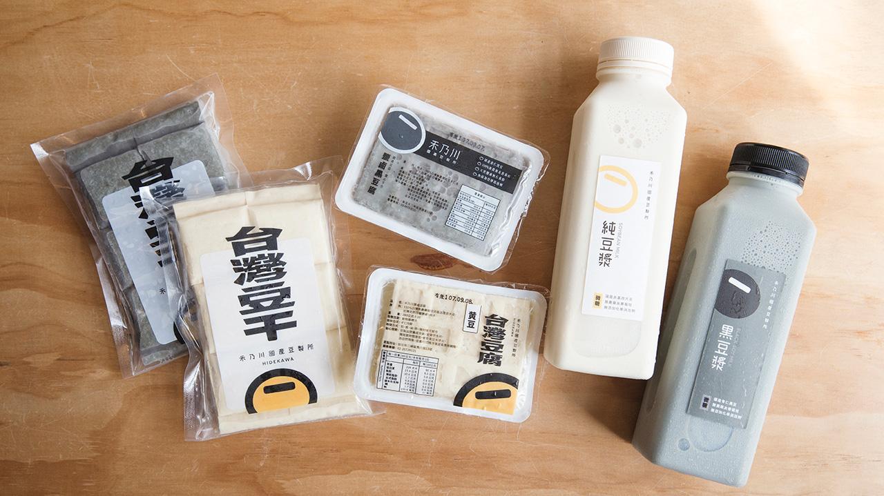 禾乃川所生產的豆漿選用台灣在地小農非基改耕種的黃豆,有著完整產銷履歷,在豆漿濃度上近10度,製作過程不添加防腐劑,煮漿時也不添加增稠劑和消泡劑,只將最營養最豐富的天然植物性蛋白完整呈現給您。 | 改變生命的豆漿店