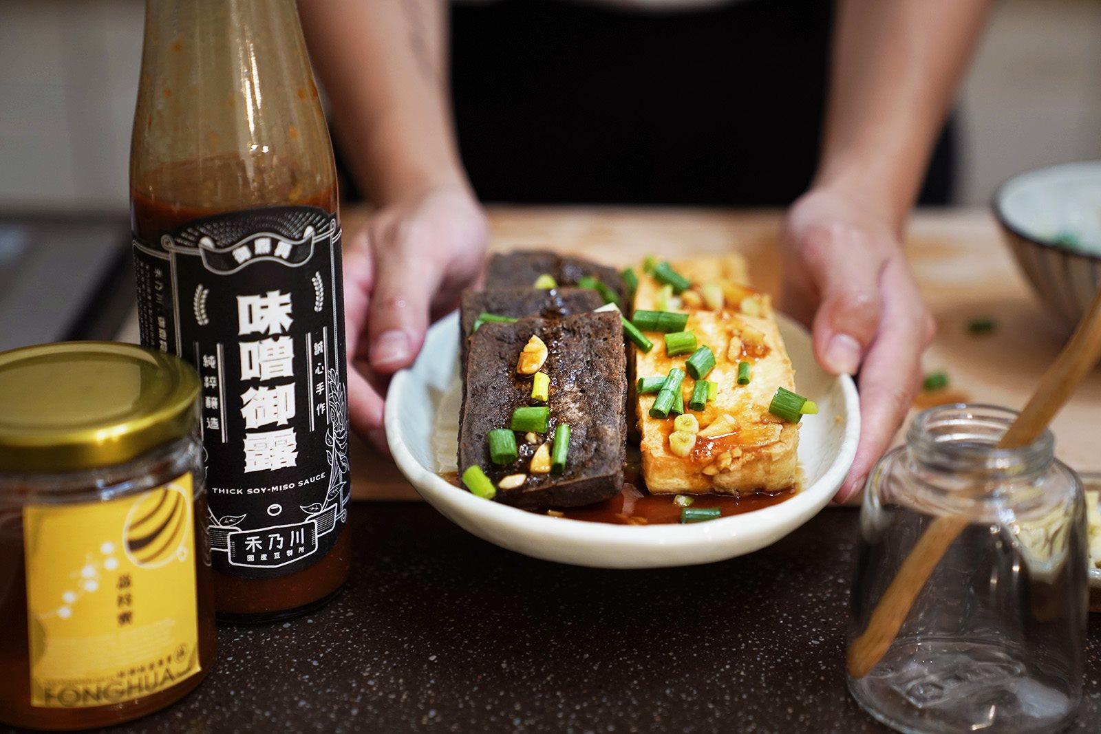香煎豆腐佐味噌御露蜂蜜醬,快速上桌的美味料理 | 禾乃川小廚房