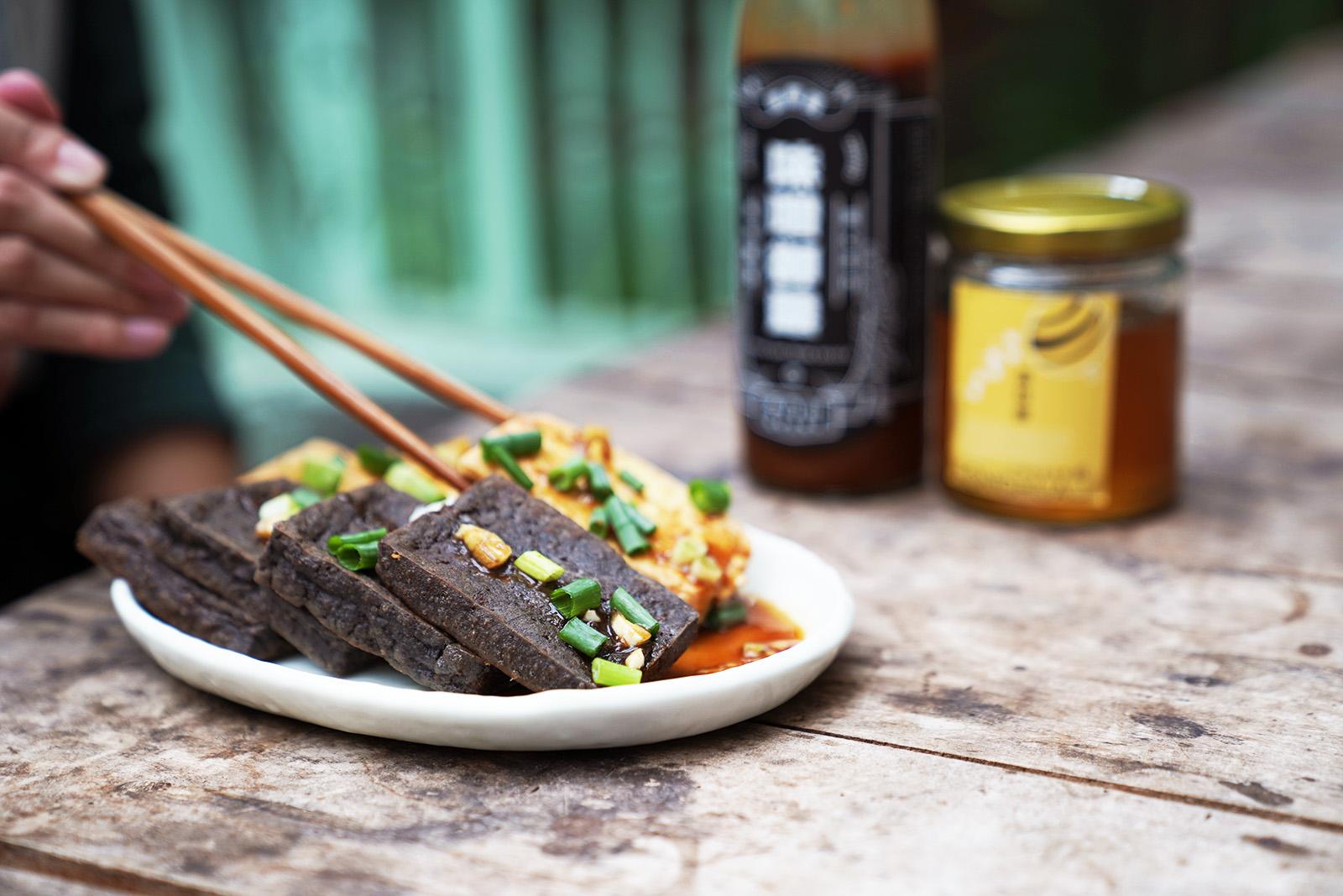 香煎豆腐佐味噌御露蜂蜜醬,鹽鹵豆腐的扎實口感搭配鹹香的味噌御露,再以蜂蜜提出甜蜜滋味,可以依自己的喜好調配出不同比例的醬料,10分鐘即可上桌的美味,快來動手做做看!   改變生命的豆漿店