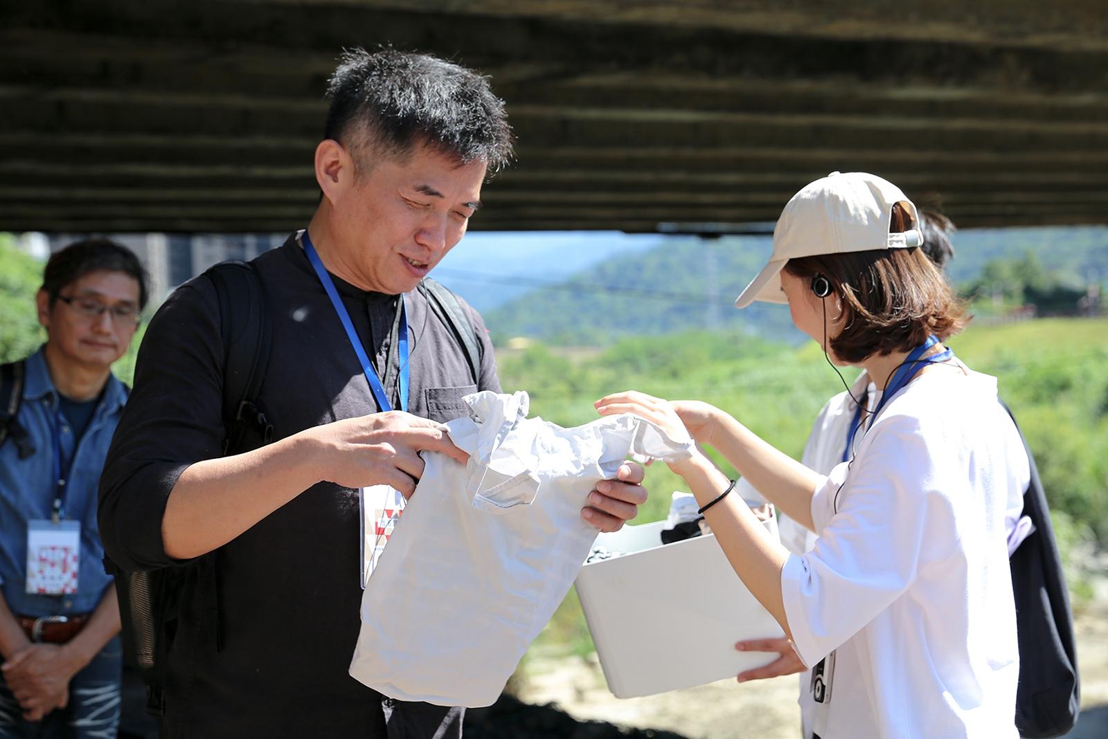 從小草書屋沿著三峽河漫步,分享長期以來甘樂持續推動的環境保護議題,從三峽河的垃圾問題而定期舉辦淨溪活動,一直到2019年我們收集許多舊衣服改造成環保提袋的「913舊衣衫循環共享提袋」,希望能將環境保護需要從自己做起的理念,期待有更多人可以一起加入我們的行列,接著走訪禾乃川國產豆製所以及合習聚落,造訪職人以了解堅持使用國產大豆的理念!  | 甘樂文創 | 甘之如飴,樂在其中