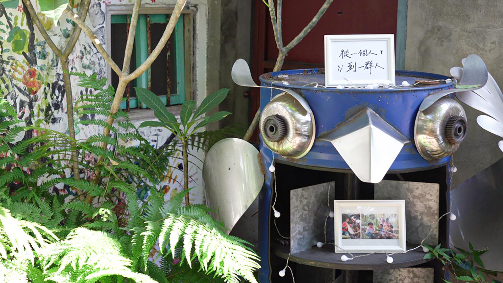 漫步回到甘樂食堂,我們準備了充滿溫度的十年相片展,從院子入口開始敘述2006年成立的絲瓜小隊,慢慢的從一個人到現在一群人的甘樂文創,接著與職人、夥伴、土地、甘樂誌的歷程給與大家視覺的饗宴,以及由鳴之花宇的花藝設計師洪淳羚老師,為派對帶來溫暖綻放的美麗花藝,接下來我們將十年故事入菜,由飲食旅遊作家徐銘志與甘樂食堂夥伴,攜手共創充滿十年故事記憶的料理。  | 甘樂文創 | 甘之如飴,樂在其中