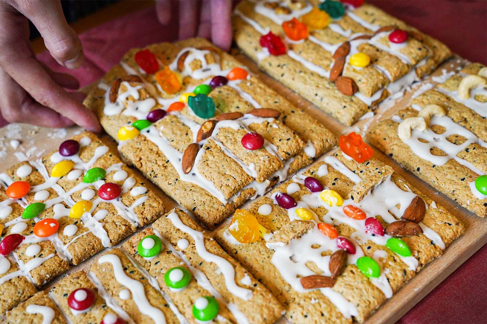 充滿溫馨氛圍的聖誕節薑餅屋DIY來囉!大家是不是都準備好禮物了呢?現在除了禮物之外,聖誕派對不可以缺少的一環就是一起建立美好幸福的回憶,現在禾乃川要帶著大家用大人小孩都喜愛的「香香豆纖營養餅」來製作薑餅屋,現在捲起袖子一起動手做做看吧!  | 改變生命的豆漿店