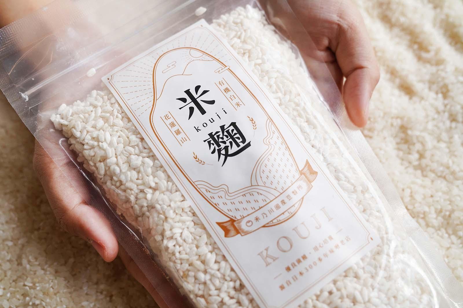 選用日本300多年味噌老店的優良菌種 - 糀kouji ,再搭配花蓮羅山有機白米,經過浸泡、蒸熟、播散、翻攪散熱等古法用心照顧米麴慢慢發酵 。擁有米麴即可以自己釀造味噌、味醂、醬油、鹽麴和甘酒等。    改變生命的豆漿店